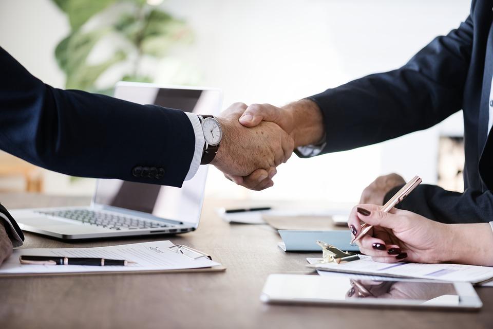 La loi PACTE souhaite faciliter les démarches de transmission et de reprise d'entreprises en simplifiant le pacte Dutreil pour une transmission patrimoniale par exemple.